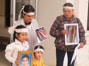 Vợ con và người thân anh Ngô Thanh Kiều tại phiên tòa ngày 10-3. Ảnh: TẤN LỘC