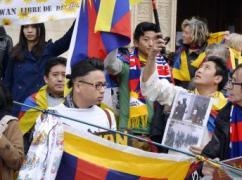 Khoảng bốn chục người trong đó có người Tây Tạng và Đài Loan biểu tình hòa bình tại Lyon ngày 26/03/2014. AFP/JEAN-PHILIPPE KSIAZEK