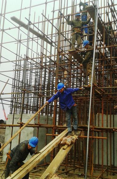 """""""Chuyên gia"""" Trung Quốc đang lắp ráp giàn giáo tại dự án Formosa ở Khu kinh tế Vũng Áng (Kỳ Anh, Hà Tĩnh) - Ảnh: Văn Định"""