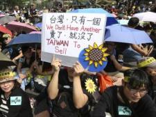 """Một trong nhiều khẩu hiệu của người biểu tình trước Phủ Tổng thống Đài Loan ngày 30/03/2014 : """"Chúng tôi không có một Đài Loan khác để bán""""."""