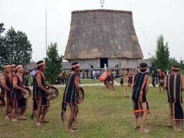 Trình diễn công chiêng của dân tộc Jrai trong Lễ hội ăn trâu. (Ảnh: Thanh Hà/TTXVN)