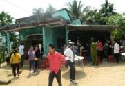 Người dân tập trung tại nhà thầy giáo Đinh Văn Đương để chia buồn