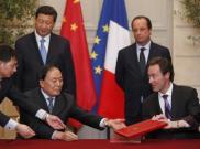 Chủ tịch Trung Quốc Tập Cận Bình (phía sau bên trái) và Tổng thống Pháp François Hollande chứng kiến lễ ký kết các hợp đồng, tại điện Elysée, Paris, 26/03/2014 REUTERS