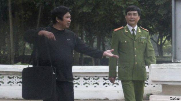 Ông Cù Huy Hà Vũ nói chuyện với giám thị tại nhà tù số 5 ở tỉnh Thanh Hóa, khoảng 200 km (124 dặm) về phía nam Hà Nội (ảnh chụp ngày 24/2/2012)