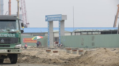 Mỗi cụm công trình cũng có hàng rào bằng tôn và cổng ra vào được bảo vệ nghiêm ngặt