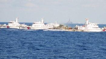 Tàu Trung Quốc dàn hàng ngang dày dặc cản đường tàu Việt Nam tiến vào khu vực đặt trái phép giàn khoan Hải Dương 981 - Ảnh: Thanh Quang