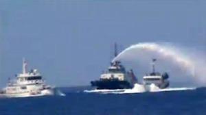 Hai tàu Hải giám Trung quốc tấn công và xịt nước tàu Kiểm ngư của Việt Nam ngày 12 tháng 5 năm 2014. (Hình Tuổi Trẻ cắt từ video clip của Cảnh sát Biển)