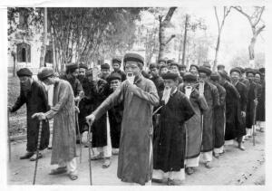 Học sinh lớp 9/1 niên khóa 1970-1971 của trường Quốc Học Huế đang thủ vai các bô lão trong hoạt cảnh Hội nghị Diên Hồng