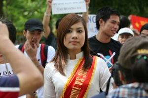Trịnh Kim Tiến trong cuộc biểu tình chống Trung Quốc ngày 24-7-2011 tại Hà Nội. Ảnh: Lê Tuấn Anh. Nguồn: Blog Tễu