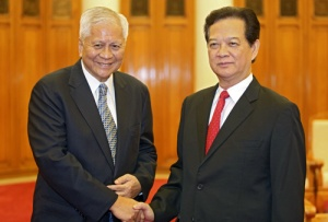 Philippine Foreign Secretary Albert del Rosario poses for a photo with Vietnam's Prime Minister Nguyen Tan Dung at the Government Office in Hanoi