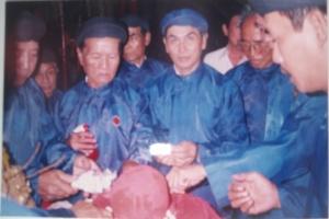 Ông Nguyên khuong ninh giua và cán bộ ban quản lý di tích làm vệ sinh thủ cấp trong đền thờ