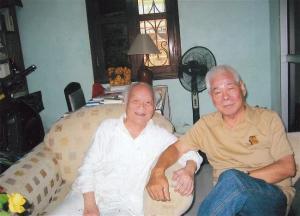 """Tô Hoài (trái) và Trần Đĩnh (hình trang 590, sách """"Đèn Cù."""")"""