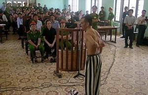 Bị cáo Huỳnh Văn Nén cởi áo tại phiên tòa sơ thẩm, tố cáo bị điều tra viên dùng nhục hình. Ảnh: báo DT