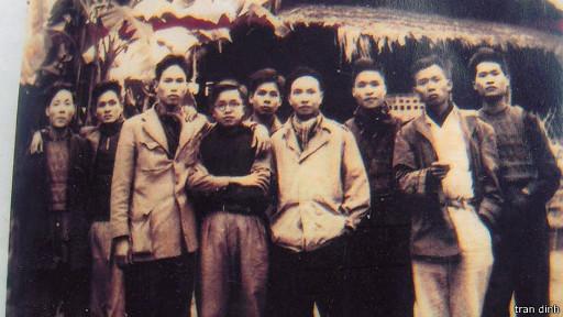 Trần Đĩnh (thứ năm, trái sang) từng được ông Trường Chinh (thứ sáu) mời viết hồi ký.