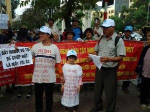 Cháu Nguyễn Thị Thanh Hải con gái của tử tù Nguyễn Văn Chưởng, khi bố bị bắt còn đang nằm trong bụng mẹ, lớn lên đi kêu oan cho bố.
