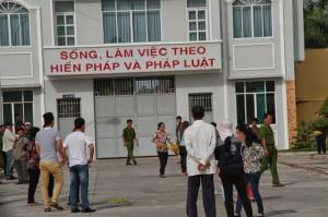 Quang cảnh sáng 30-12-2014 tại trại giam tỉnh Long An. Người áo hoa đứng giữa là chị Loan, mẹ Hồ Duy Hải (ảnh Lê Đại Anh Kiệt)