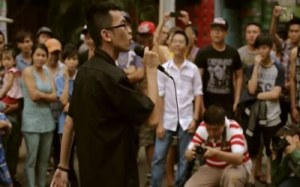 Nguyễn Vũ Sơn trong video clip biểu diễn Rap trên đường phố Việt Nam. Screen capture.