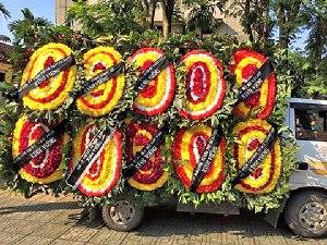 Những vòng hoa tang được mang đến trong lễ tang của thân mẫu anh Ba Sàm Nguyễn Hữu Vinh tại Hà Nội, có một số bị công an gỡ bỏ băng rôn