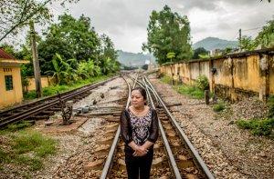 Hà Thị Hiền đi dọc đường ray xe lửa ở Lạng Sơn, kết nối giữa Hà Nội và Bắc Kinh