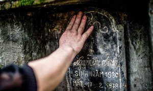 Ngôi mộ của mẹ chị Hiền, đã bị quân Trung Quốc bắn chết ngày 17-2-1979, trong khi cha chị bị thương