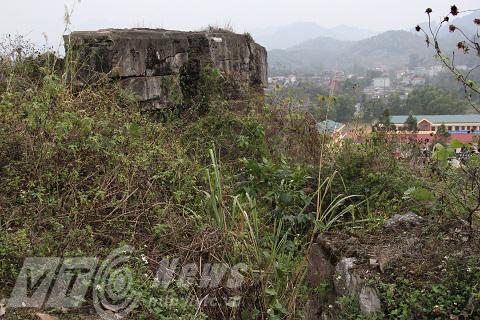 Pháo đài Đồng Đăng hoang tàn đổ nát, cỏ mọc kít mít