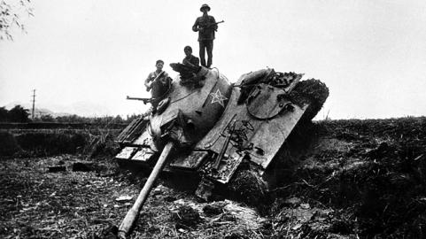 Xe tăng Trung Quốc bị ta bắn hạ tại Cao Bằng, sáng 17-2 - Ảnh: Mạnh Thường