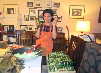 Bà Tuyết Lê-Brown gói bánh Tét chuẩn bị mừng Tết Ất Mùi tại nhà riêng ở Fresno, California. (Hình: Gia đình David Brown cung cấp)