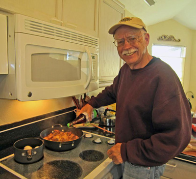 Ông David Brown giúp vợ nêm cho vừa miệng món thịt kho trứng, món ăn Tết truyền thống của người miền Nam. (Hình: Gia đình David Brown cung cấp)