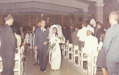 Cô dâu Lê Thị Bạch Tuyết và chú rể David Brown bước ra khỏi nhà thờ sau lễ cưới. (Hình: Gia đình David Brown cung cấp)