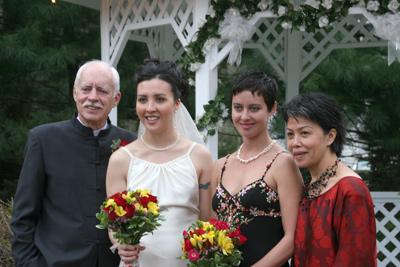 Ông David Brown (trái) và hai con gái cùng vợ là bà Tuyết Lê-Brown (phải). (Hình: Gia đình David Brown cung cấp)