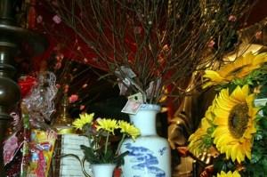 Người dân đặt tiền ở bất cứ nơi đâu có thể đặt được tại các đền, chùa - Ảnh: Ngọc Thắng
