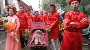 Lễ hội chém lợn ở Bắc Ninh vẫn diễn ra bất chấp làn sóng phẫn nộ lên án về tính dã man của hủ tục này đã khiến sự phản đối càng gia tăng mạnh mẽ. Ảnh: Reuters