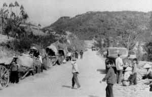 Cư dân tại các huyện biên giới phía bắc rời bỏ nhà cửa chạy giặc vì Trung Quốc tấn công từ biên giới Lạng Sơn hôm 17/2/1979. Ảnh chụp hôm 23/2/1979.