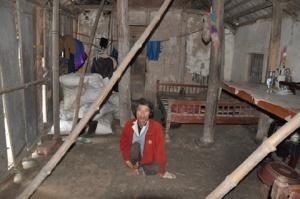 Anh Ngô Trung Sổng, một người khuyết tật nặng ở xã Trịnh Xá, thành phố Phủ Lý, tỉnh Hà Nam đang sống trong căn nhà sắp sập đến nơi. Ảnh: Dân Trí