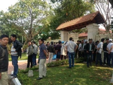 Người dân tập trung trước cửa nhà ông Nguyễn Bá Thanh ở Đà Nẵng. Ảnh: Nguyễn Đông.