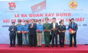 Bộ trưởng Bộ GTVT Đinh La Thăng trao quà cho lực lượng tham gia  xây dựng cột cờ chủ quyền trên đảo Mắt.