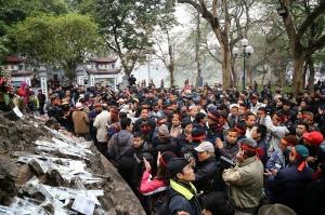 Ở đâu đó trong đám đông, luôn có anh - nhà dân báo. (Ảnh: No-U Hà Nội)