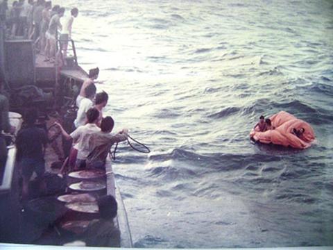 Các chiến sĩ trên tàu HQ-604 bị hải quân Trung Quốc bắn chìm ngày 14-3-1988 được đồng đội ứng cứu - Ảnh của đại tá Trần Minh Cảnh - Chủ nhiệm Chính trị Vùng 4 hải quân thời kỳ 1988