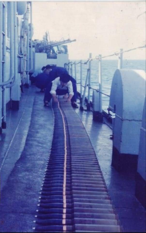 Lính Trung Quốc chuẩn bị sẵn đạn dược trên tàu 929