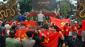 Các thanh niên mặc áo cờ đỏ sao vàng đã giăng cờ búa liềm quanh khu vực tượng đài, ngăn chặn đoàn tưởng niệm