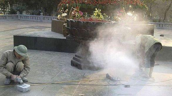 Đã từng xảy ra việc chính quyền điều người tới cắt đá gây bụi mù ở khu tượng đài với các viên đá cắt nham nhở.