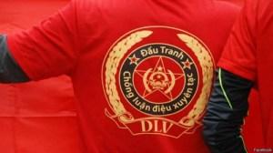 """Những kẻ tự xưng là """"dư luận viên"""" còn trưng cả logo tự tạo trên áo. Ảnh Internet"""