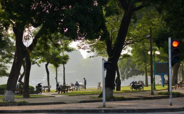 Bao giờ đến lượt những cây bên hồ Thiền Quang sẽ bị đốn nốt? Ảnh: HM