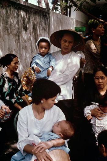 Những người mẹ mang con di tản ngày 30/4/1975. Hiroji Kubota/Magnum Photos