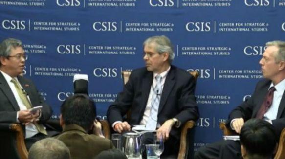 Đại sứ Việt Nam (ngoài cùng bên trái) và đại sứ Mỹ (ngoài cùng bên phải) thảo luận
