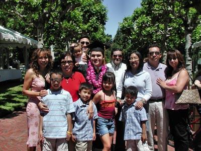 Đại gia đình tác giả (áo đỏ, đứng thứ 2 từ trái) trong lần cậu con trai út tốt nghiệp đại học UC Berkeley. (Hình: Tác giả cung cấp)