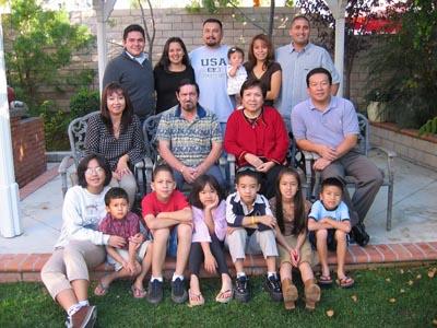 Đại gia đình tác giả chụp trong dịp Tết. (Hình: Tác giả cung cấp)