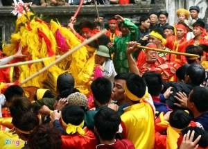 Cướp lộc gây hỗn chiến ở lễ hội đền Gióng