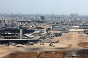 Phi trường Tân Sơn Nhất. Bộ Giao Thông-Vận Tải Việt Nam vẫn khăng khăng cho rằng không thể mở rộng phi trường này nên cần phải xây dựng phi trường Long Thành. (Hình: TBKTSG)