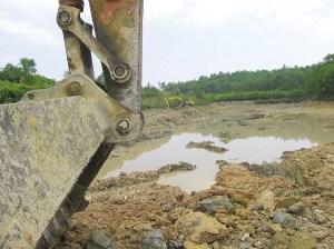 Đào đất ruộng để bán, nhưng giấy phép là cải tạo để làm ao nuôi cá. Ảnh: THANH HẢI